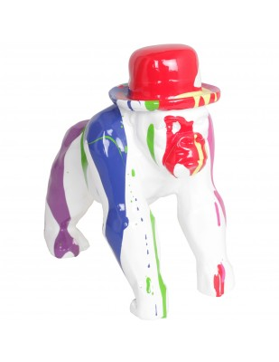 Statue en résine singe gorille au chapeau multicolore fond blanc - 25 cm