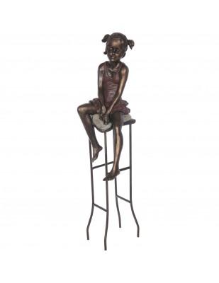 Statue fillette au tabouret en résine et fer - 55 cm