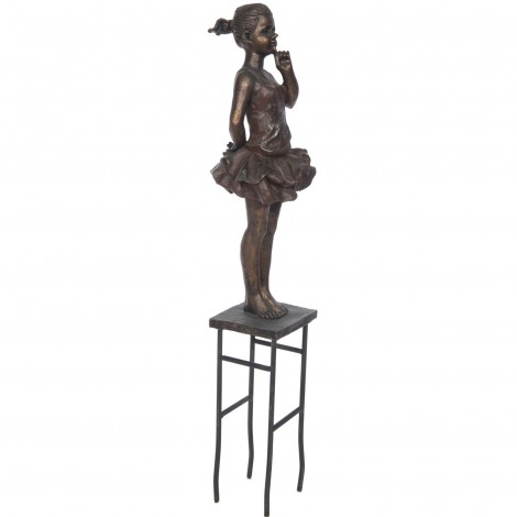 Statue fillette debout sur un tabouret en résine et fer - 50 cm