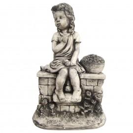 Statue en béton fillette sur le mur au panier de fleurs 50 cm