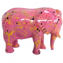 Statue en résine éléphant debout multicolore fond fuchsia 25 cm