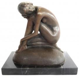 Statue en bronze femme sur coussin - 19 cm